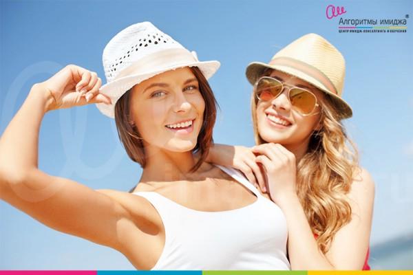 Две девушки в светлых летних шляпах