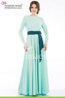 Девушка в длинном бирюзовом платье с мягким ремнем
