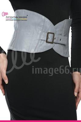 Девушка в сером поясе-корсете