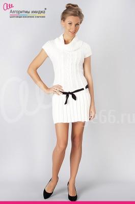 Девушка в белом платье с черным ремнем на бедрах