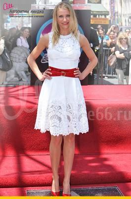 Камерон Диас в белом платье с красным ремнем на талии