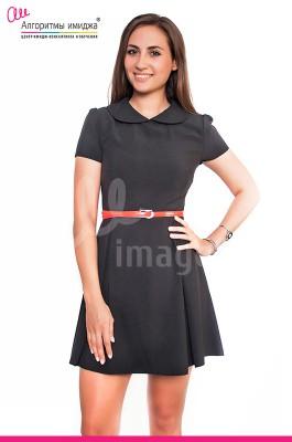 Девушка с темными волосами в черном платье и с красным узким ремнем