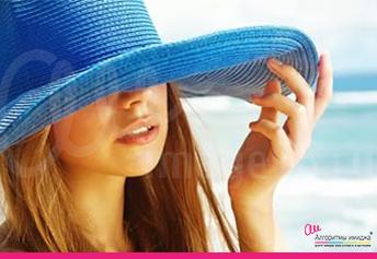 Девушка блондинка в синей летней шляпке