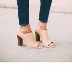 Девушка в бежевых туфлях мюли