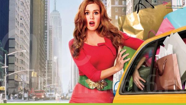 Девушка шопоголик с пакетами вещей, вываливающихся из машины