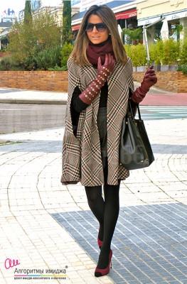 Девушка в кейп-пальто