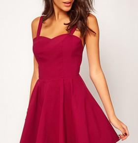 Девушка брюнетка в бардовом коротком платье