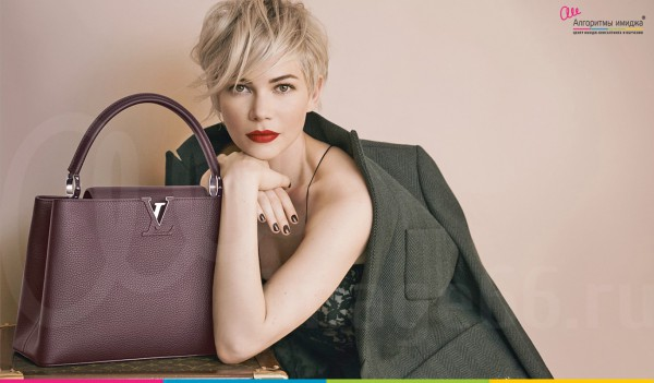 Красивая девушка с короткой стрижкой, бардовыми губами и с дорогой сумкой