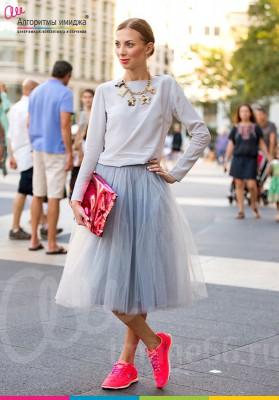 Стильная девушка в сером свитшоте, серой юбке пачке, в розовых кедах и с розовой сумкой