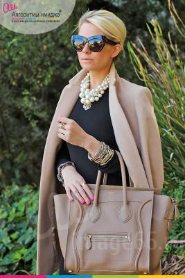 Стильная девушка в бежевом пальто и темных очках