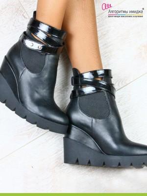 Черные ботинки на танкетке