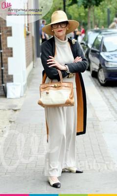 Стильная женщина в белом брючном костюме, в сером пальто, белой шляпе и белой сумкой