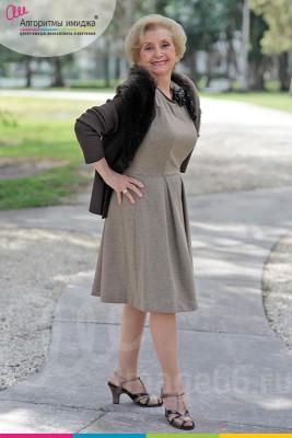 Зрелая женщина в сером платье и серым пальто с мехом