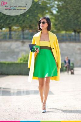 Девушка в зеленом платье с желтыми вставками, желтом пальто и в голубых лодочках