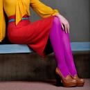 Девушка в фиолетовых колготах и красной юбке