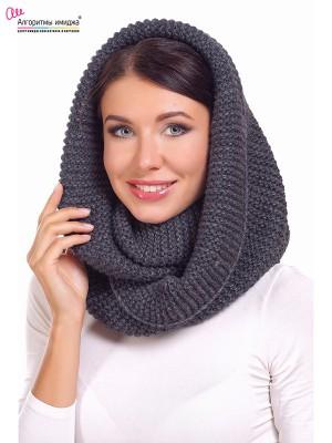 Девушка в сером шарф-снуде