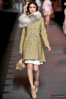 Девушка модель на подиуме в пальто и горжетке