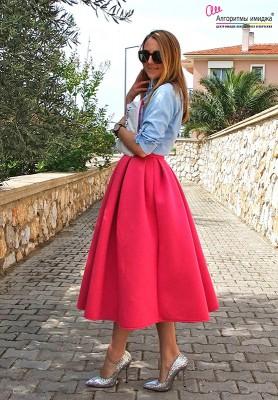 Девушка в розовой юбке-миди-клеш