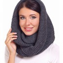 Девушка в шарфе-снуд