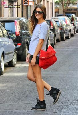 Девушка в кроссовках на платформе