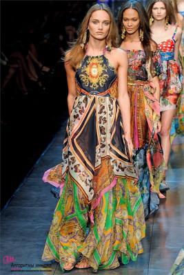 Девушки модели н а подиуме в платьях в стиле бохо