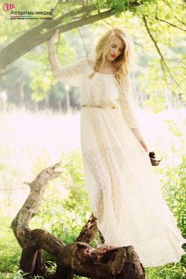 Девушка в свдебном платье в стиле бохо