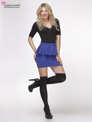 Девушка в синей короткой юбке с баской