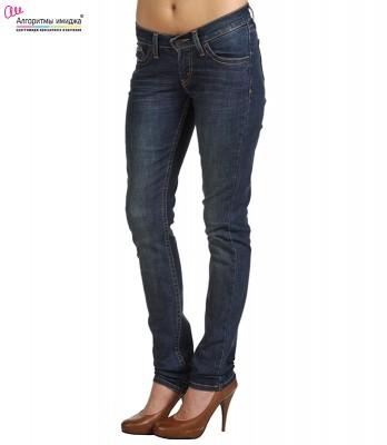 Девушка в джинсах с узкой посадкой
