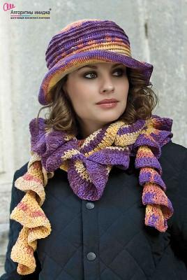 Девушка в разноцветном шарфе-спирали