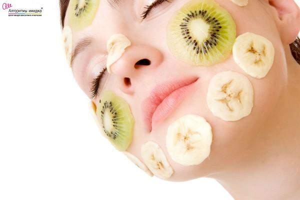 Девушка с киви и бананами на лице как маска