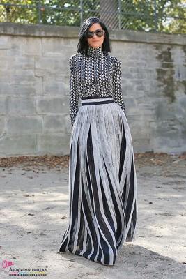 Девушка в длинной юбке и приталенной водолазке