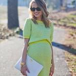 Беременная девушка в зеленом платье