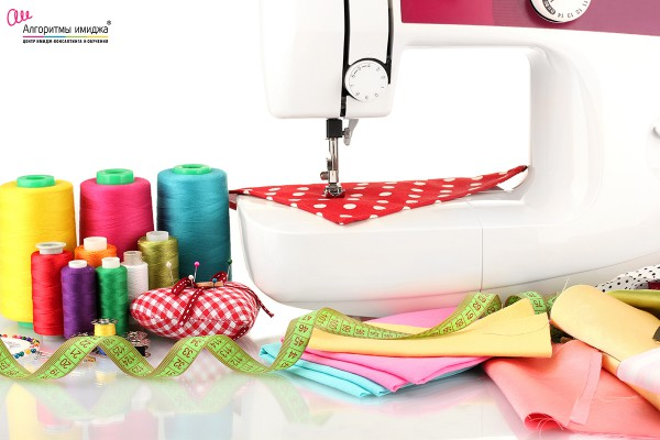Швейная машинка с нитками, пуговицами и иглами