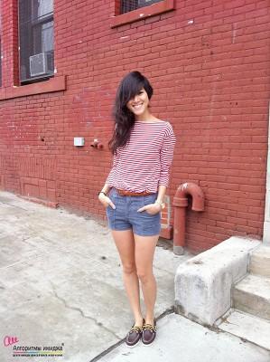 Девушка в тельняжке, шортах и топсайдерах