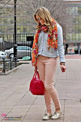 Девушка в джинсовке, светлых штанах и топсайдерах