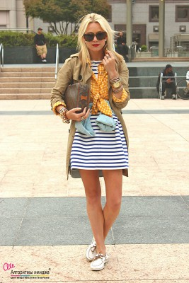 Девушка в платье-тельняжке и топсайдерах