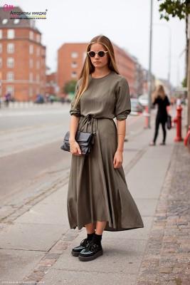 Девушка в платье-миди и криперах
