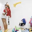 Девушка выкидывает ненужные вещи из шкафа