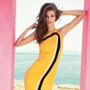 Девушка в желтом платье-футляр
