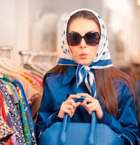 Девушка в платке в магазине