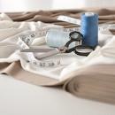 Швейный метр, ножницы и нитки с тканью