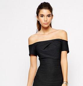 Девушка в платье с открытыми плечами