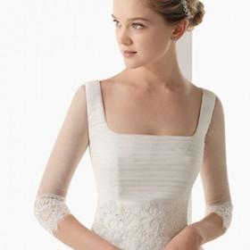 Девушка в платье с прямоугольным вырезом
