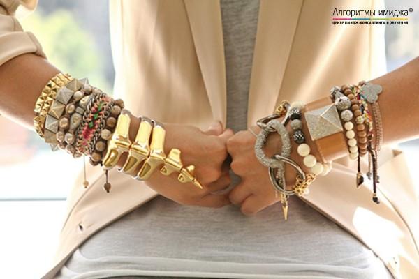 Много браслетов на женских руках