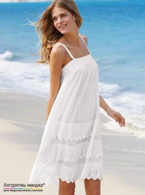 Девушка в легком белом платье на море