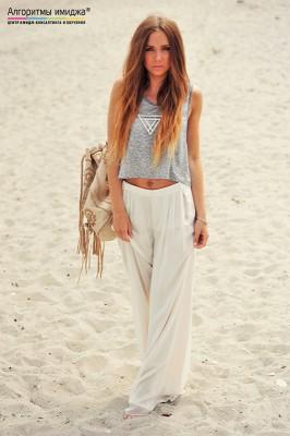 Девушка в светлом топе и брюках