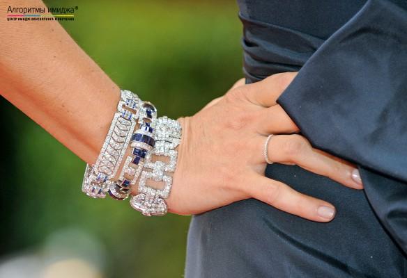 Массивные браслеты на руке