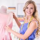 Девушка швея с манекеном в платье